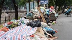 Ảnh, clip: Người Hà Nội lại 'ngộp thở' vì rác thải chất thành đống, công nhân môi trường phải rắc vôi trắng để tạm xử lý mùi hôi