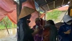 Thương xót người phụ nữ sinh bệnh vì mất con, Thủy Tiên tặng 10 triệu dù bị ngăn cản