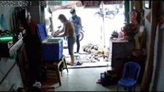 Thanh niên xúi bé trai trộm điện thoại của người phụ nữ bán dừa
