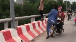 Nam thanh niên phản ứng cực nhanh cứu người phụ nữ định nhảy cầu