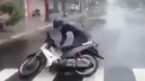 Gió cực lớn quật ngã người và xe trên đường phố Đà Nẵng