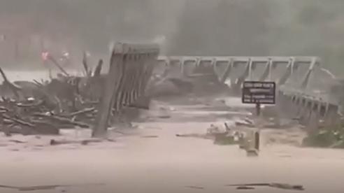 Lũ cuốn trôi cả cây cầu sắt kiên cố, gần 2000 người bị cô lập