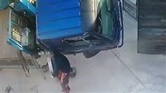 Liều mình dùng tay đỡ… xe tải, người đàn ông suýt phải trả giá đắt