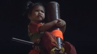 Bé 2 tuổi bị treo, quay lơ lửng giữa không trung trong lễ hội ở Thái Lan