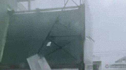 Kinh hoàng gió bão lật tốc mái tôn nhiều nhà ở miền Trung, người chứng kiến hoảng sợ: 'Vậy là xong'