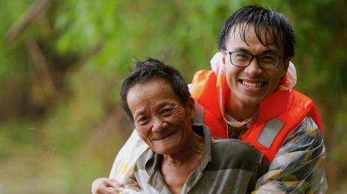 Chàng trai Quảng Nam 15 ngày dầm mình cứu trợ bà con, sẵn sàng đón đầu bão số 9: 'Miền Trung sinh ra bọn mình sức dài vai rộng, thì bọn mình trở về gánh vác phụ miền Trung'