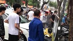 Hà Nội: Kinh hoàng ô tô 'điên' mất lái hất văng người đi xe máy vào nhà dân ven đường