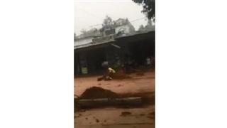 Cụ ông bị dòng nước lũ chảy xiết cuốn trôi, người dân hoảng hốt lao ra cứu