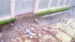 Cháu bé bị bức tường đổ sập đè lên người ở Gia Lai