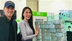 Công Vinh 'đếm tiền liệt tay' vẫn vui cười khi cùng Thủy Tiên đi phát tiền cho người dân Quảng Bình