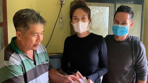 Vợ chồng Lý Hải - Minh Hà tất bật dọn rửa bùn non sau lũ ở miền Trung