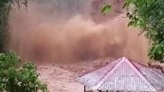 Clip: Thác nước ở Kon Tum tuôn trào dữ dội sau bão số 9, dòng nước đục ngầu chảy cuồn cuộn khiến nhiều người sợ hãi