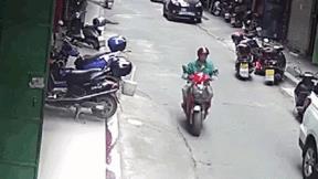 Bị ống nước rơi trúng đầu, người đàn ông thoát chết nhờ mũ bảo hiểm