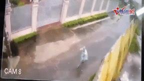 Khoảnh khắc bão xô đổ tường đè trúng thiếu nữ ở Gia Lai