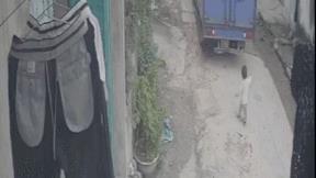Bé 1 tuổi may mắn thoát chết khi chạy chơi đúng điểm mù xe tải đang lùi