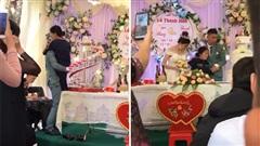 Clip đầy xúc động: Chú rể bế mẹ bại liệt trước giờ trao nhẫn cưới