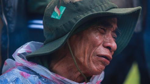 [Ảnh] Dân làng khóc nghẹn khi tìm thấy bé trai 10 tháng tuổi dưới lớp bùn đất vụ sạt lở ở Trà Leng