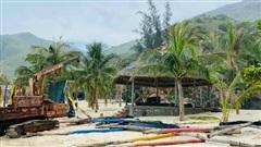 Bãi biển Quy Nhơn 1 ngày sau bão số 9: Khung cảnh tan hoang, các công trình du lịch bị phá huỷ gần như toàn bộ