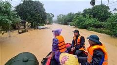 Nước ngập vẫn chưa có dấu hiệu giảm, dân gọi điện nhờ tiếp tế bánh mì chống đói