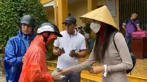 Thủy Tiên thông báo ngừng cứu trợ vì phát hiện nhiều người giàu có, đeo vàng đến nhận tiền