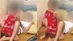 Clip phản cảm: Bà mẹ trẻ nằm im cho con trai làm hành động 'người lớn' với mình, không quát mắng còn tươi cười hùa theo