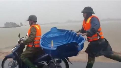 'Cay khóe mắt' trước hình ảnh chiến sĩ công an giữ thăng bằng cho thuyền, chạy theo xe máy 2km để cứu dân