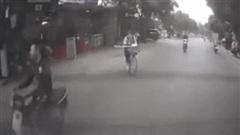 Bị xe máy tông trúng, 2 nữ sinh ngã xuống đường, tư thế khiến dân mạng vừa thương vừa buồn cười