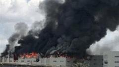 Khói đen cuồn cuộn, lửa bao trùm công ty sản xuất bàn ghế ở Bình Dương