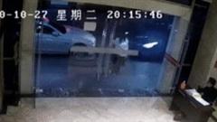Cô gái nhanh như cắt cứu bạn thoát ô tô đâm