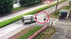 Vượt xe tải với 'tốc độ bàn thờ', người đàn ông ngã dập mặt, trượt dài trên đường