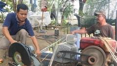 Ấm lòng sau cơn bão: Những người sửa mái tôn, 'chạy nước' miễn phí cho bà con miền Trung