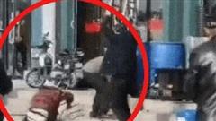 Người đàn ông đánh vợ đến chết ngay trên đường khiến dư luận phẫn nộ, phản ứng của những người chứng kiến gây bức xúc