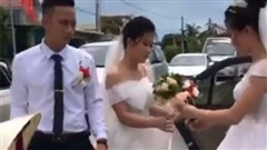 Vô tình gặp nhau trên đường về nhà chồng, hai cô dâu có hành động bất ngờ