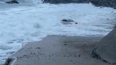 Khoảnh khắc xe BMW 'lênh đênh' trên biển vì bị sóng lớn cuốn trôi