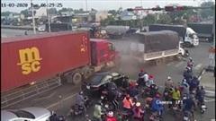 Khoảnh khắc xe container tông hàng loạt phương tiện đang dừng chờ đèn đỏ