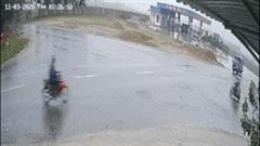 Xe tải tông xe máy điện khiến 2 nữ sinh nguy kịch rồi... bỏ chạy