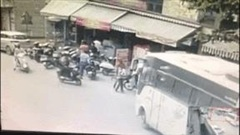 Xe khách tông hàng loạt xe máy, lao thẳng khách sạn