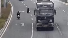 Xe tải gãy trục, bánh xe lăn lông lốc trên đường quật ngã người đi đường