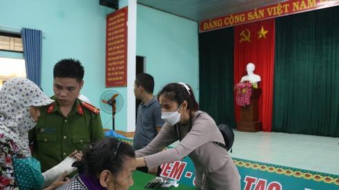 Ảnh, clip: Sau lần tạm ngừng tặng quà cứu trợ vì thấy nhiều người đeo vàng và sơn móng tay đi nhận, Thủy Tiên đã quay lại Hải Thượng để trao tiền cho người dân