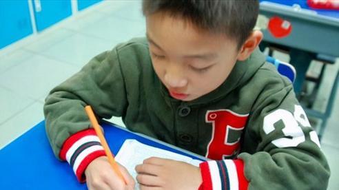 Cậu bé tiểu học viết văn, kể chuyện nợ tiền bạn bè đầm đìa và định 'đi nhặt rác để kiếm tiền', cô giáo bật cười phê 1 câu bất ngờ