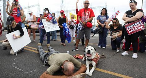Người biểu tình mang súng ồ ạt đổ đến các điểm kiểm phiếu Mỹ