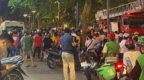 TP.HCM: Cứu người phụ nữ rơi từ chung cư xuống mái tôn nhà dân ở phố đi bộ Nguyễn Huệ