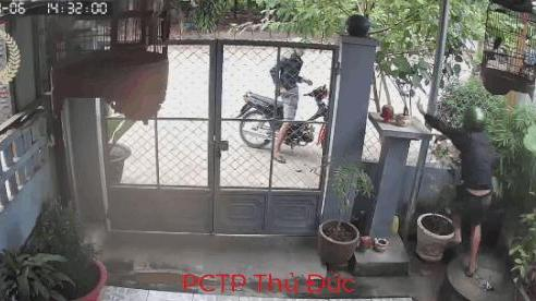 CLIP: Bị chó dữ đuổi nhảy lên hàng rào, tên trộm tình cờ phát hiện mục tiêu mới và diễn biến bất ngờ sau đó