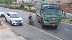 Thoát chết không tưởng sau khi lái xe chui tọt vào gầm ô tô tải