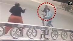 Cướp giật phăng dây chuyền của người phụ nữ trên phố