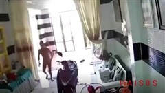 Người đàn ông biến thái, trần truồng chạy thẳng vào nhà có phụ nữ và trẻ em