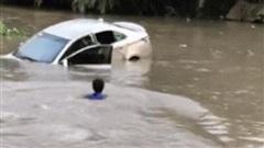 Tránh ô tô tải lại vấp trúng ổ gà, xe con lao thẳng xuống sông: Tài xế chật vật tìm cách thoát