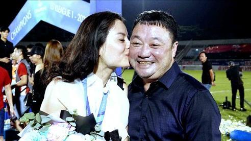 HLV Việt Hoàng được vợ 'thưởng' nóng khi cùng Viettel vô địch