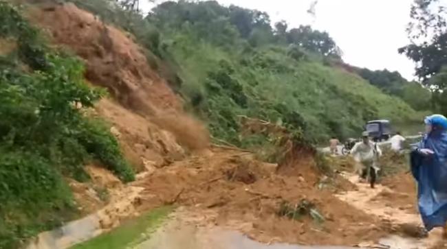 Kinh hoàng cảnh sạt lở núi ở Bắc Trà My (Quảng Nam) làm 3 người bị thương, 1 người nghi mất tích