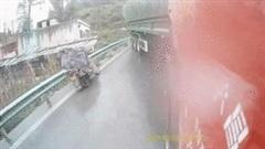 Tránh xe container, người đàn ông vứt xe máy nhảy qua barie thoát thân